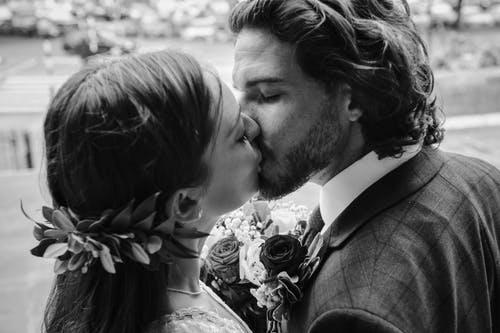 男性が「唇以外」でキスして欲しいと思っているパーツとは?