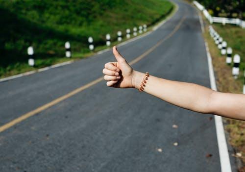 ヒッチハイクの考え方。目標を達成させるには「お金」よりも「度胸」の方が必要です。